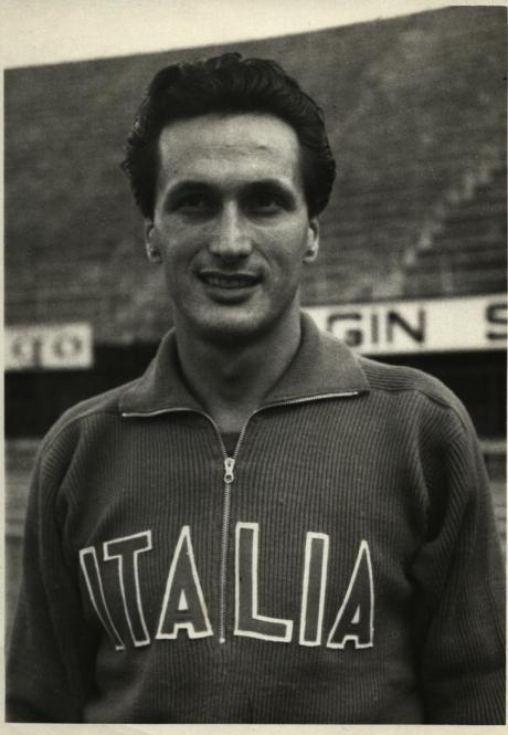 Ottavio-Missoni-indossa-la-tuta-disegnata-da-lui-stesso-per-la-nazionale-olimpica-italiana