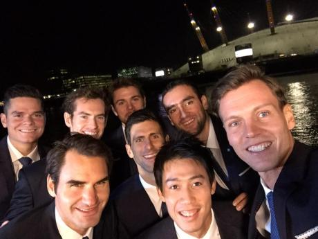 tomas-berdych-roger-federer-novak-djokovic-stan-wawrinka-andy-murray-marin-cilic-milos-raonic-friendly-selfie-in-london-o2-arena-masters